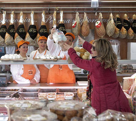 Acquisto mozzarella di bufala nel caseificio Di Santo, Caserta.